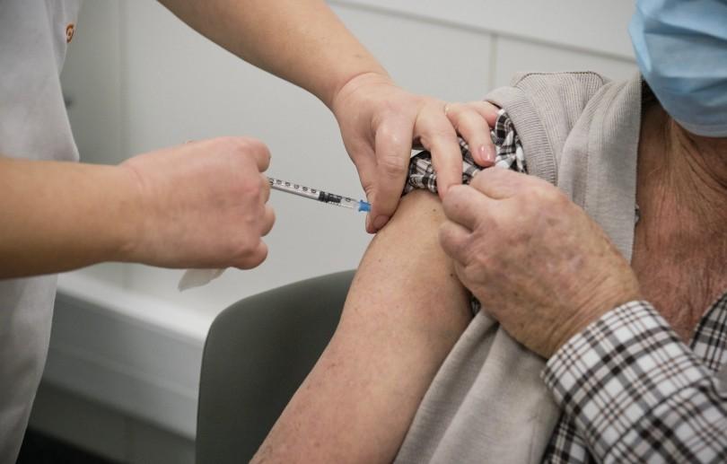 Pessoas infectadas pela Covid-19 devem esperar um mês antes de vacinar