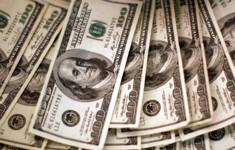 Dólar ultrapassa R$ 5,70, mas desacelera após intervenção do BC