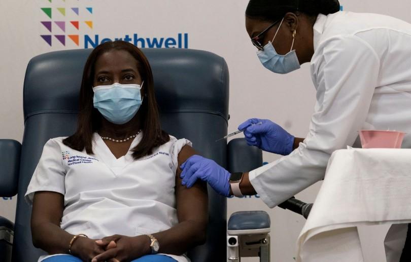 EUA dizem ter aplicado 165 milhões de doses de vacina contra covid-19