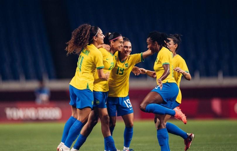 Seleção feminina de futebol bate a Zâmbia e pega o Canadá nas quartas