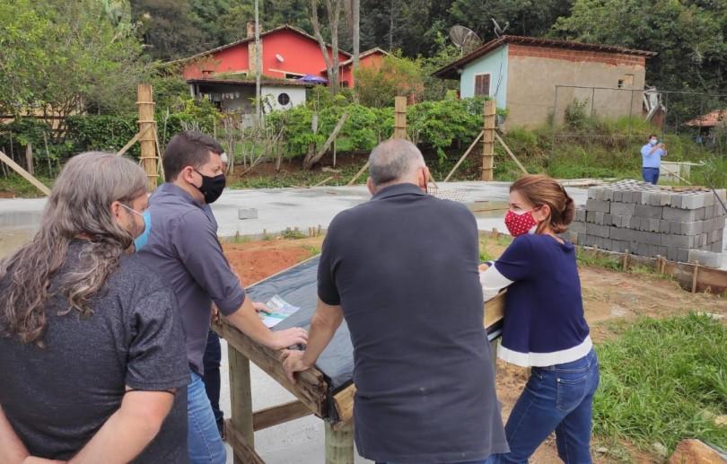 Prefeito interino Hingo Hammes acompanha obra do CEI do Vale das Videiras