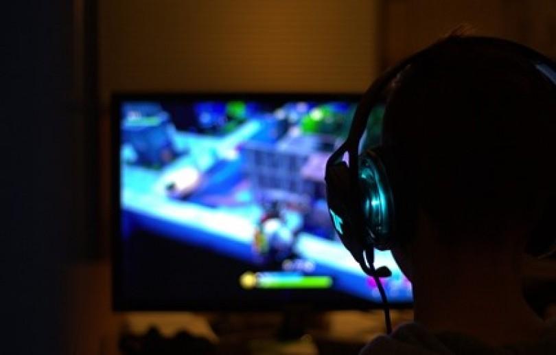 Maioria dos brasileiros jogam mais de 2 horas por dia durante distanciamento social, revela pesquisa