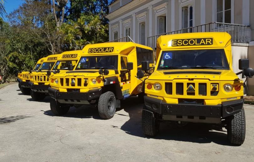 Educação recebe cinco micro-ônibus do tipo rural 4x4 para atender alunos da rede municipal