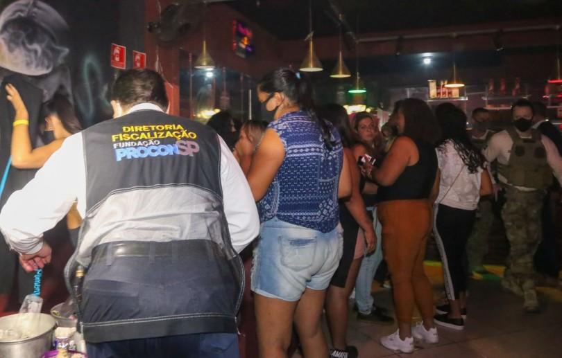 Blitz contra aglomeração fecha bingo e autua festa em São Paulo