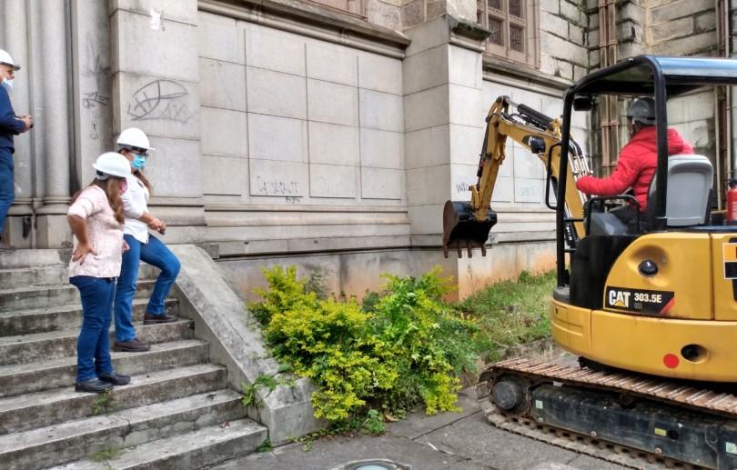 Arqueóloga acompanha trabalho de escavação na obra de revitalização da Catedral de Petrópolis