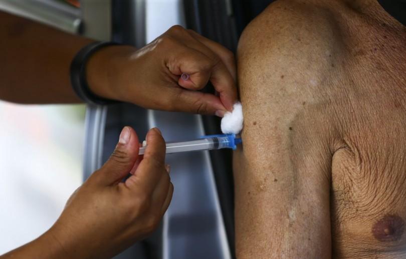 Rio vacina idosos com terceira dose contra covid-19 a partir de amanhã